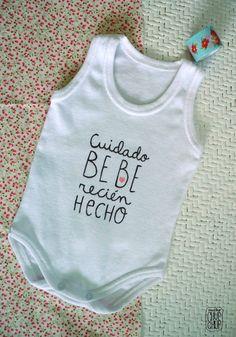 Si quieres hacer algo pequeño para la llegada de tu bebé, reune a tus amigas más íntimas y realicen bodys con mensajes divertidos o de amor al pequeño