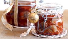 Tomatsild er nok en av de påleggsvariantene som man kjenner best til. Her gir vi deg oppskriften slik at du kan prøve å lage tomatsild selv.