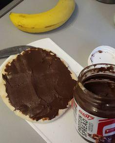 """Leckeres schoko bananen brot  und dieses Protein spread hazelnut-chocolate von @got7nutrition ist so hammer geil  hab ich mir letztens bei @misterfit.de mal zum testen mitgenommen. Hat zwar Kcal fast wie Nutella mit 503 Kcal aber sie ist 1000 mal gesünder  eine Gesunde alternative zum """"cheaten"""" #misterfit #got7 #bodymedia #fitbit #fitnessloungepremium #fitnesslifestyle #eatclean #eatcleantogetbig #probro #mcfit #aestheticking #getbig #shredzarmy #intermittentfasting #banane #proteinspread…"""