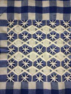 Punto español Swedish Embroidery, Hardanger Embroidery, Silk Ribbon Embroidery, Diy Embroidery, Cross Stitch Embroidery, Embroidery Patterns, Cross Stitch Patterns, Chicken Scratch Patterns, Chicken Scratch Embroidery