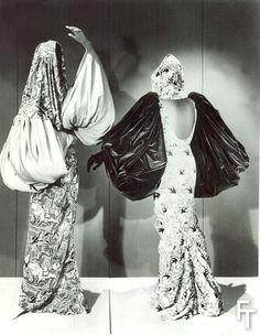 Deux robes du soir Schiaparelli, avec gants manches ballon. exposition à New York, années 1930. Photo © collection BillyBoy*.