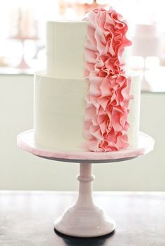 very pretty cake,  i really like different cake stands.. walk on sunshine;-0