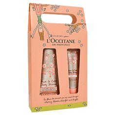 Ein unwiderstehliches Duo bestehend aus einer Handcreme und einem Lippenbalsam Kirschblüte mit Karitébutter, die die Hände und Lippen schützt, intens