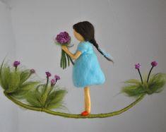 Raum Dekor wolle mobile Nadel Filz: Mädchen mit lila Blüten