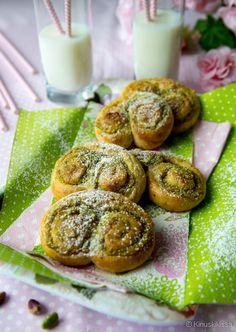 4.10. vietettävä kansallinen pullapäivä on hyvä syy leipoa uunituoretta vehnästä. Erilaiset täytteet ja muodot tuovat vaihtelua pullan leipomiseen. Tässä pistaasipähkinä haastaa perinteisen kanelitäytteen. Vihertävä pähkinä antaa pullakierteille hienostuneen aromin. Täyte sopii pikkupullien lisäksi myös kranssiin tai bostonpullaan. 40 kappaletta Vinkki: Kuorettomia pistaasipähkinöitä saa irtopähkinöitä myyvistä liikkeistä. Taikina: ½ annosta pullataikinaa Pistaasitäyte: 125 g pehmeää voita…