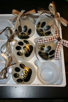 Vinyl Ornaments, Christmas Ornament Crafts, Painted Ornaments, Christmas Balls, Diy Christmas Gifts, Christmas Projects, Holiday Crafts, Christmas Decorations, Etsy Christmas