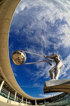 Juxtapoz Magazine - 'The Force of Nature' Sculpture Series by Lorenzo Quinn Outdoor Sculpture, Sculpture Art, Lorenzo Quinn, Light Art Installation, Graffiti Murals, Modern Metropolis, Italian Artist, Elements Of Art, Land Art