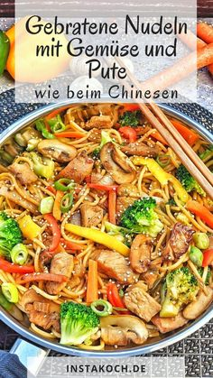 Gebratene Nudeln mit frischem Gemüse und Pute - Einfach lecker Fried noodles with vegetables and turkey, just like the Chinese, are super fast and easy made by yourself. I just love Asian dishes becau Asian Recipes, Ethnic Recipes, Fish Recipes, Fresh Vegetables, Food Items, Fresco, Chicken Recipes, Recipe Chicken, Easy Meals