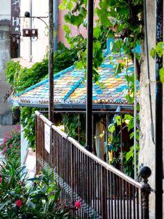 Le restaurant au toit en mosaïque du village de Moustiers-Sainte-Marie