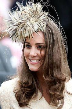 "Princess Kate in feathered ""fascinator""? I'm sorry, that's no fascinator… Moda Kate Middleton, Style Kate Middleton, Princesse Kate Middleton, Middleton Wedding, Duchesse Kate, Philip Treacy Hats, Bcbg, Fascinator Hats, Fascinators"