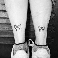tatuajes de moños en las piernas pequeños