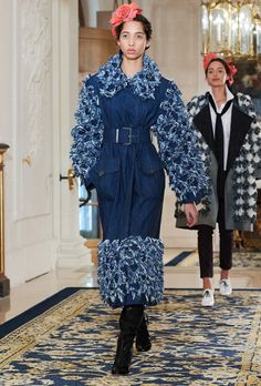 The latest fashion shows, ready-to-wear & accessories collections and Haute Couture on the CHANEL official website Live Fashion, Fashion Week, Runway Fashion, Fashion Show, Fashion Design, Fashion Trends, Chanel 2017, Mode Jeans, Denim Crafts