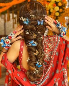 Gorgeous New Floral Braids That Are Perfect For The Mehendi Baddie Hairstyles, Boho Hairstyles, Indian Hairstyles, Headband Hairstyles, Hairstyles With Bangs, Summer Hairstyles, Bridal Hairstyle, Wedding Hairstyles, Hairstyles Videos