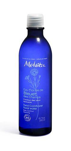 Das Kornblumenblütenwasser von Melvita wirkt beruhigend und eignet sich dafür besonders für die empfindliche Augenpartie. Tipp: auf Wattepads geben und kurz ins Tiefkühlfach legen. Ich kombiniere es auch gern mit einem Tropfen Avocadoöl.  Naturkosmetik Produkte kaufen | Organic Beauty Shopping