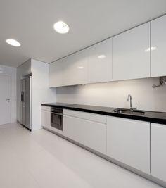 Muebles laqueado blanco y mesada negra
