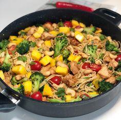 Eksotisk kyllingwok med nudler og mango — Hege Hushovd Thai Recipes, Asian Recipes, Chicken Recipes, Dinner Recipes, Chapati, Dinner Is Served, Pulled Pork, Wok, Paella