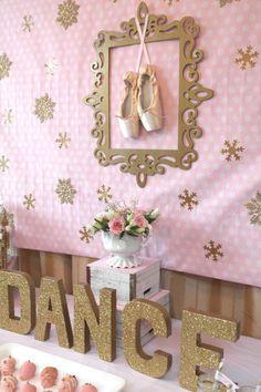Todas as meninas sonham ser bailarinas quando são pequenas, as bailarinas usam roupas de princesa e podem dançar. O tema Bailarina é um dos temas de aniver