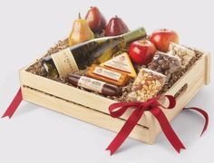 Hickory Farms Toast the Tradition Gift Box Giveaway ends open to US Only. Enter for your chance at this yummy gift box sausages, cheeses, fruit and more! Wine Gift Baskets, Gourmet Gift Baskets, Gifts For Wine Lovers, Wine Gifts, Sonny Munroe, Hickory Farms, Gift Crates, Gourmet Food Gifts, Fruit Gifts