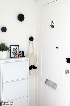 Recibidor pequeño en blanco y negro : via MIBLOG