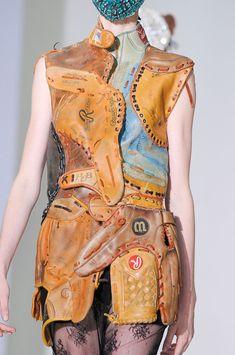 """Robe faite de gants de Baseball en cuir vintages - Martin Margiela - Collection """"Artisanale"""" FW 2012"""