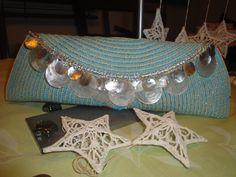 Entrelazados azul y amarillo con una bella combinación de piezas en madre perla y nacar.