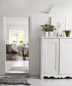 Two summer houses in Sweden Today I bring you not one, but two Swedish summer houses, one in Sankt Anna […] White Cupboards, White Cabinet, Sweden House, Scandinavian Home, White Houses, Home Staging, Beautiful Interiors, Interior Inspiration, Home Accessories