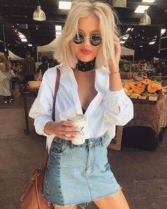 Look saia jeans e camisa branca com lenço