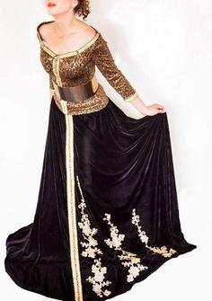 Appréciez cette robe caftan de luxe en Noir 2017 disponible dans une nouvelle sélection fait par les experts stylistes marocains qui ont une grande connaissance dans le domaine de style vestimentaire. Une vaste sélection de caftan marocain luxe design noir à vendre sur ce site web professionnel dans la vente des vêtements pour les femmes, …
