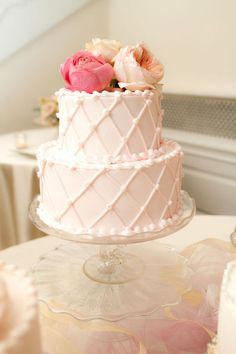 Photo by Cynthia Brown Studio    Fondant or Buttercream? Here's some info to help you decide.