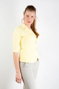 Vestibilità slim Revers a specchio Manica 3/4 Chiusura frontale con 2 bottoni a vista Tasche anteriori a toppa