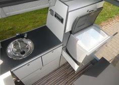 Abspülen und kühlen: Eine Edelstahlspüle und eine portable Kühlbox sind an Bord. In der Schublade verbirgt sich der einflammige Gaskocher