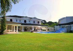 O grande jardim gramado faz a conexão com a piscina, que possui uma área para os banhos de sol com espreguiçadeiras e ombrelones, além de cascata e fonte d'água.