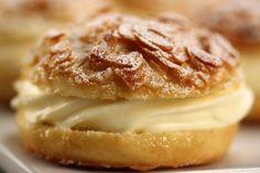 Bei diesem Rezept handelt es sich um einen Leserwunsch! Bienenstich ist ein traditioneller Hefeteigkuchen, der auf der Oberseite einen Belag ausMandel-, Zucker-, Honig-,Obermasse hat,die beim Ba...