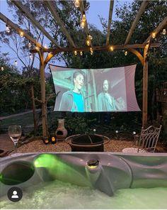 Backyard Movie Night Party, Backyard Movie Theaters, Outdoor Movie Nights, Outdoor Movie Screen, Outdoor Cinema, Outdoor Theater, Cozy Patio, Cozy Backyard, Deck Patio