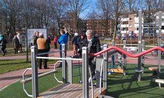 Activiteiten voor ouderen: Wijkbewoners maken plezier in een beweegtuin in de wijk.