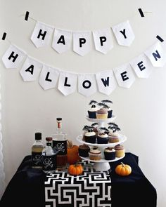 Happy Halloween party table (with free printables!) from A Beautiful Mess Halloween Kitchen Decor, Halloween Table, Homemade Halloween, Halloween Kostüm, Holidays Halloween, Halloween Treats, Happy Halloween Banner, Spooky Decor, Halloween Decorations