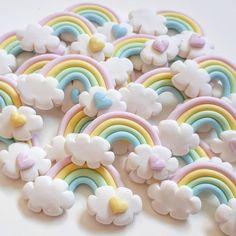 Seja o arco-íris na nuvem de alguém! #arcoiris #apliquearcoiris #festaunicornio #festanuvem #nuvem #nuvembiscuit #arcoirisbiscuit #festasinfantis #festademenina #festaarcoiris #festachuvadeamor #biscuit #ateliedonaluluzinha #donaluluzinhabiscuit