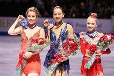 女子表彰式でメダルを手に笑顔を見せる(左から)2位アシュリー・ワグナー、優勝の浅田真央、3位のエレーナ・ラジオノワ=20日、米国デトロイト「ジョー・ルイス・アリーナ」