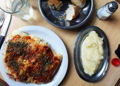 Empanadas de cebolla y queso | Recetas El Comidista EL PAÍS Milanesa, Tapas, Mashed Potatoes, Cauliflower, Vegetables, Cooking, Ethnic Recipes, Food, Gratin