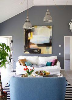 Luonnonvalossa kylpevä nykyaikainen ja valoisa omakotitalo sijaitsee Lohjalla. Selkeä ja silti persoonallinen sisustus tekee vaaleasta kodista...