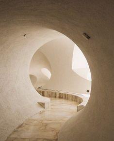 Sculpted hallways at Palais Bulles by Antti Lovag. Bubble House, Deco Zen, Adobe House, Space Architecture, Organic Architecture, India Architecture, Interior Decorating, Interior Design, Estilo Boho