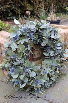 krans eukalyptus ery 35 cm - Lilly is Love Christmas Door Wreaths, Christmas Flowers, Wreaths For Front Door, Holiday Wreaths, Christmas Decorations, Deco Floral, Arte Floral, Eucalyptus Wreath, Decoration Inspiration