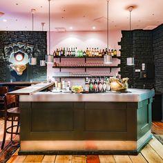 Junge englische Küche und leckere Drinks gibt es an der Bar des Berliner Restaurants Richwater & Mitchell