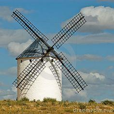 Moinhos de vento medievais que datam do século XVI no monte de Campo de Criptana no La Mancha de Castilla, Spain.  Don Quixote luta os moinhos de vento que imagina para ser gigantes. Quixote vê as lâminas do moinho de vento como os braços do gigante, por exemplo. Inclinar em moinhos de vento é um idioma inglês que signifique inimigos imaginários de ataque, ou luta de batalhas unwinnable ou inúteis.