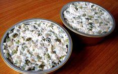 Ingrediente un piept de pui fiert 2 borcane ciuperci castraveti murati 200 grame maioneza facuta in casa 3 linguri smantana sare si piper Mod de preparare Tocam carnea de pui