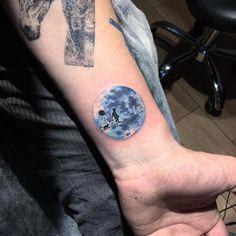 Eva Krdbk est une tatoueuse turque d'Ankara qui réalise de magnifiques tatouages en vignettes circulaires.