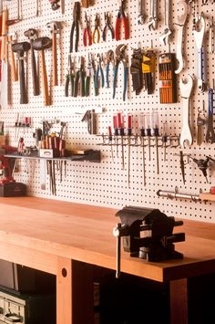 Tutorials and garage organization hacks. Check out these five garage organization tips to help you get your garage on the right track. Garage shelving and storage. Garage Workbench Plans, Garage Tools, Garage Shop, Woodworking Workbench, Woodworking Projects, Workbench Top, Woodworking Classes, Workbench Designs, Folding Workbench