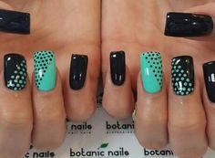 Uñas en negro con puntos en verde y dos verdes con puntos negros.