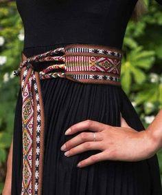 Woven belt from Peru Inkle Weaving Patterns, Weaving Textiles, Loom Weaving, Card Weaving, Tablet Weaving, Inkle Loom, African Accessories, Woven Belt, Weaving Projects