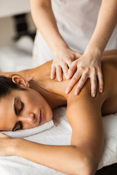 Regular Massage Greatly Reduces Stress, Anxiety and Promotes Good Mental Health Natural Asthma Remedies, Sleep Remedies, Spa Massage, Massage Therapy, Massage Table, Essential Oils For Asthma, Massage Relaxant, Good Mental Health, Spa Treatments